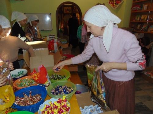 Вертеп, спектакль и, конечно, подарки. Свято-Никольский храм к Рождеству помогали готовить ученики воскресной школы и молодежь храма