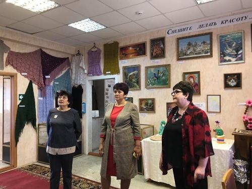 Ночью в музее обсудили ремонт. Глава Чесменского района восхитилась выставками и работами мастеров