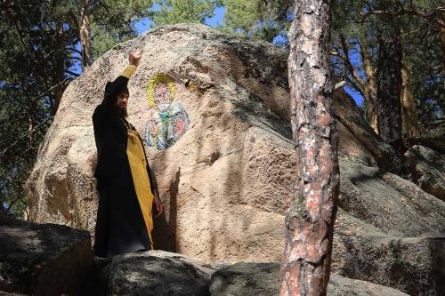 Лик на камне. Священник храма святого Николая освятил икону Николая Чудотворца, написанную на каменных сопках в Чёрном бору
