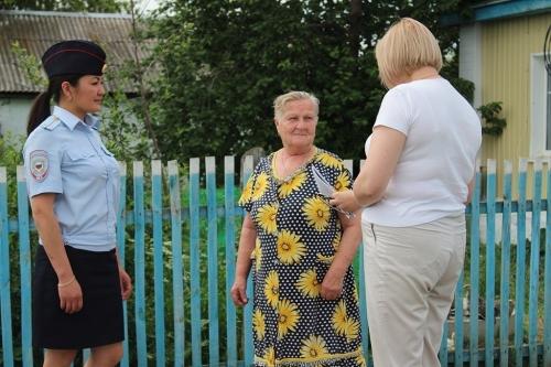 Памятки для памяти. Полицейские Чесменского района рассказали пенсионерам посёлка Беловка о мошеннических схемах