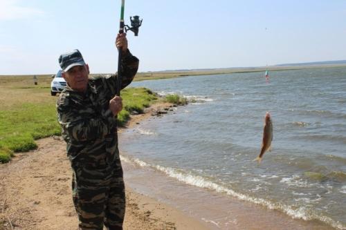 Ветераны уступили… Но только в рыбалке! Итогом соревнований по рыбной ловле между сотрудниками полиции и ветеранами МВД Чесмы стала настоящая рыбацкая уха