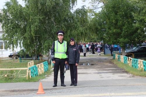 Поздравляй, но – охраняй! Школьников с первым учебным днём поздравили глава района и… полиция