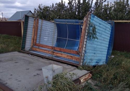 Улетело всё, что не приколочено. СМИ и соцсети региона обходят снимки снесённых крыш зданий и поваленных деревьев