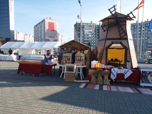 Губернатор открыл «Агро-2019». Алексею Текслеру на выставке от Чесменского района подарили коробочку мёда