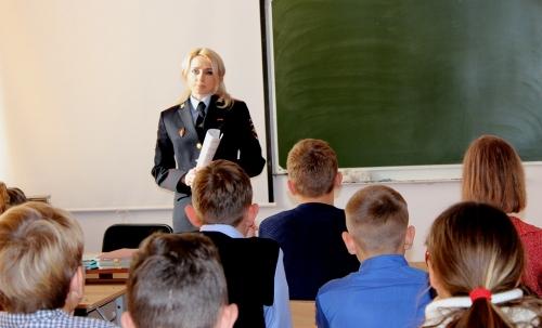 Школьникам о госуслугах. Полицейские разъяснили старшеклассникам Чесмы процедуру оформления паспорта