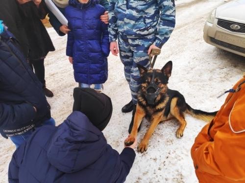 «Собака с милицией обещала прийти…» Чесменские подростки познакомились с полицейским псом Адмиралом и освоили автомат Калашникова