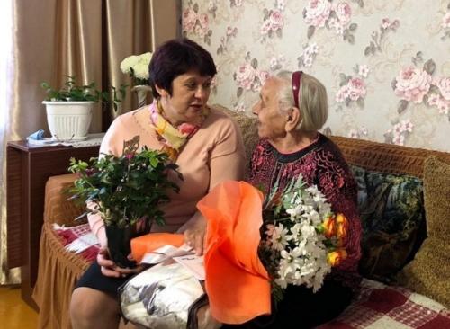 Тёплая старость. Глава Чесменского района поздравила 90-летних юбилярш и вручила жилищный сертификат 98-летней угличанке