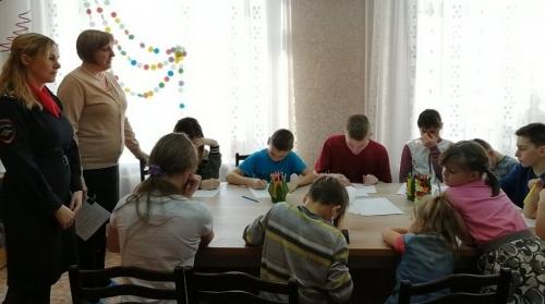 Дорога начинается с «Азбуки». Сотрудники ГИБДД Чесменского района провели с воспитанниками центра помощи детям игровую викторину