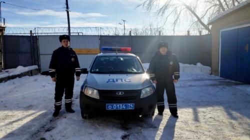 Спасли главу села и журналистку. В Чесменском районе сотрудники ДПС вызволили из снежного плена людей, замерзавших на трассе