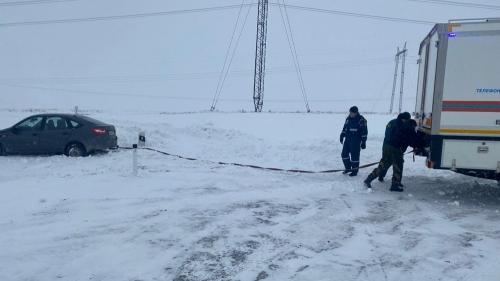 Из сугроба вытащили, хлеб доставили. Сотрудники МЧС в Чесменском районе спасли съехавшего в кювет водителя